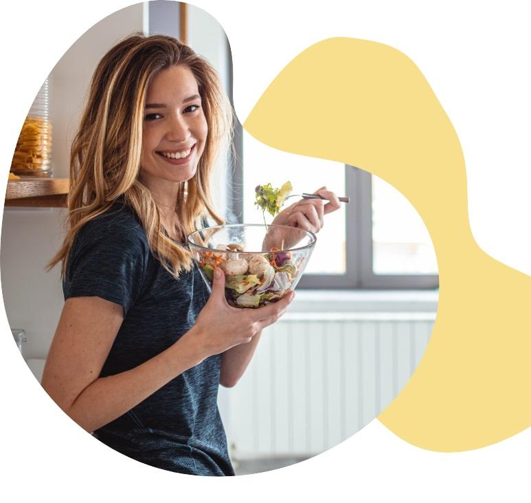 Frau mit Salatschüssel