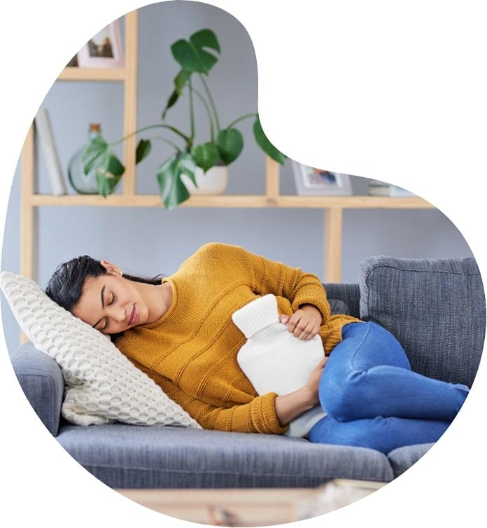 Frau liegt auf einem Sofa